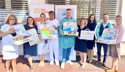 Nadační fond La Vida Loca předal kufříky pro odložené děti na Neonatologické oddělení